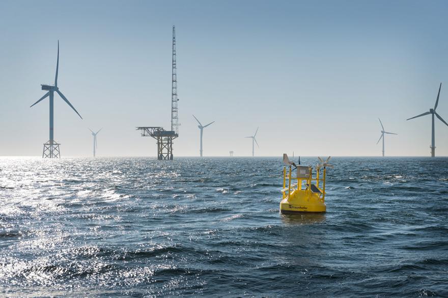 Messboje in der Nordsee, im Hintergrund Messmast FINO I